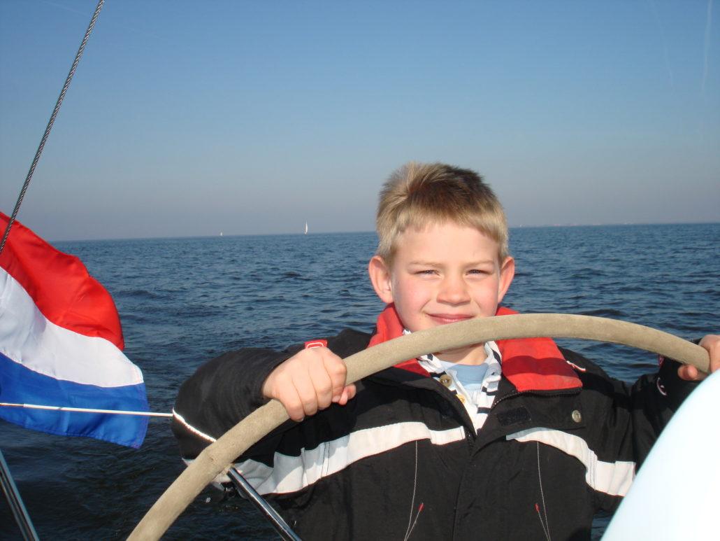 Lars 6 jaar stoer achter het roer