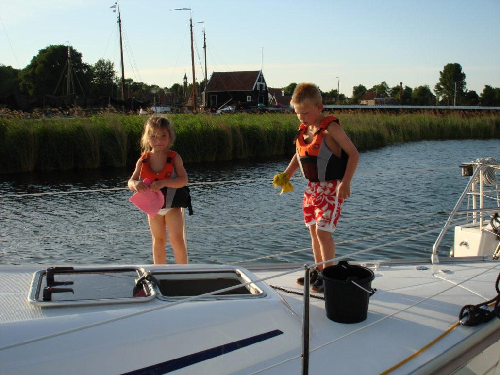 Lars en Anouchka schoonmaken van het dek
